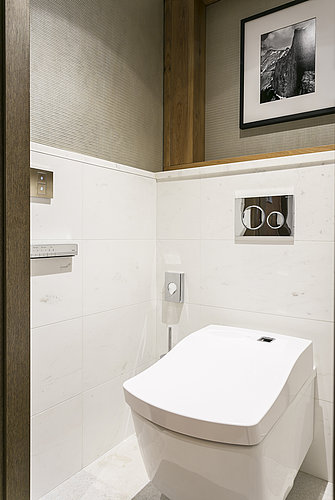 WC Kabine mit WASHLET™ im Luxushotel Les Neiges in Courchevel