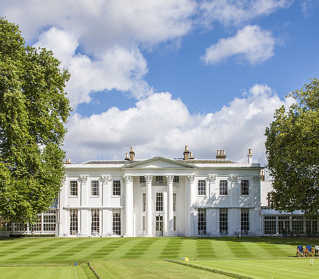 [Translate to Französisch:] White building at Hurlingham Club in London