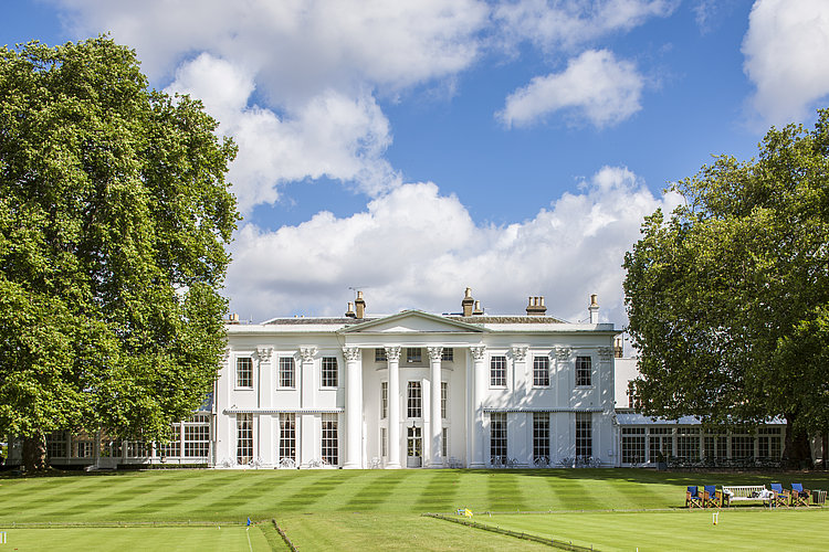[Translate to Deutsch:] White building at Hurlingham Club in London